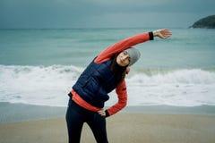 Młodej kobiety być ubranym sporty przekazuje ćwiczyć zimy morzem Fotografia Stock