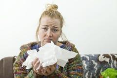 Młodej kobiety choroba w łóżkowym jest ubranym pulowerze illnesses obrazy royalty free