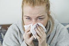 Młodej kobiety choroba w łóżkowym jest ubranym pulowerze illnesses zdjęcia stock