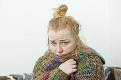 Młodej kobiety choroba w łóżkowym jest ubranym pulowerze illnesses zdjęcia royalty free