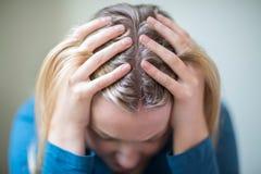 Młodej Kobiety cierpienie Od depresji Z głową W rękach Fotografia Royalty Free