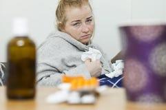 Młodej kobiety cierpienie od migreny w domu zdjęcia stock