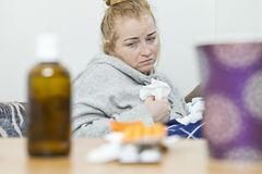 Młodej kobiety cierpienie od migreny w domu Depresja i zły zdjęcie stock