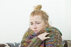 Młodej kobiety cierpienie od migreny w domu, zbliżenie obrazy royalty free