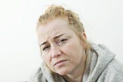 Młodej kobiety cierpienie od migreny w domu, zbliżenie obraz stock