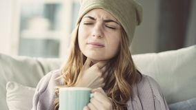 Młodej kobiety cierpienie od zimna obrazy royalty free