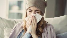 Młodej kobiety cierpienie od zimna zdjęcia stock