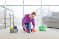 Młodej Kobiety Cleaning dywan fotografia stock