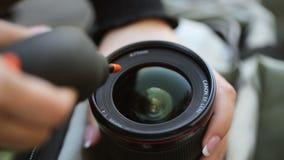 Młodej kobiety cleaning kamery obiektyw zbiory wideo