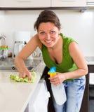 Młodej kobiety cleaning w kuchni Zdjęcie Stock