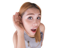 Młodej kobiety cupping ręka ucho obraz stock