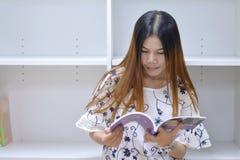 Młodej kobiety czytelnicza książka Fotografia Stock