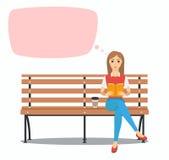 Młodej kobiety czytelnicza książka na ławce Zdjęcia Royalty Free