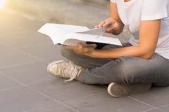 Młodej kobiety czytelnicza książka w ona ręki fotografia royalty free