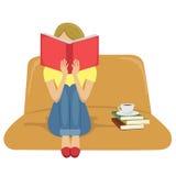 Młodej kobiety czytelniczej książki obsiadanie na kanapie z filiżanką herbata na stercie książki Zdjęcia Royalty Free