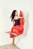 Młodej kobiety dancingowy flamenco z fan odizolowywającym na bielu zdjęcia royalty free