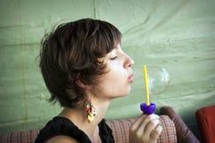 Młodej kobiety dmuchania mydła balony Obraz Royalty Free