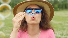 Młodej kobiety dmuchanie gulgocze outdoors zdjęcie wideo