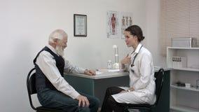 Młodej kobiety doktorski pokazuje pokazuje pacjent międzynarodowy świadectwo zdjęcie wideo