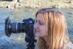 Młodej kobiety dopatrywanie obrazy royalty free