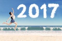 Młodej kobiety doskakiwanie z liczbą 2017 Obraz Royalty Free