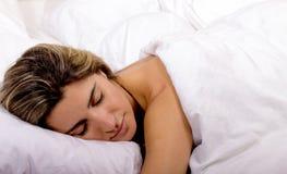 Młodej kobiety dosypianie na białym łóżkowym prześcieradle Obraz Stock