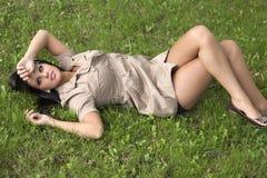 Młodej kobiety dosypianie na trawie Obrazy Royalty Free