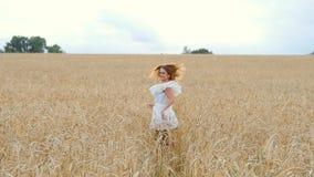 Młodej kobiety dziewczyna w biel sukni bieg na polu zdjęcie wideo