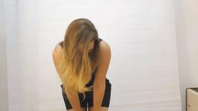 Młodej kobiety fotografii sesja zakulisowa zbiory