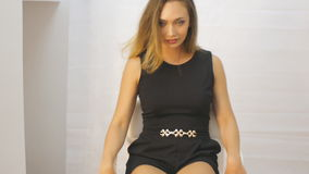 Młodej kobiety fotografii sesja zakulisowa zdjęcie wideo