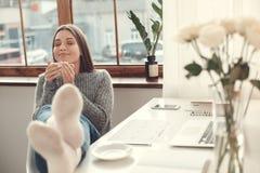 Młodej kobiety freelancer indoors ministerstwa spraw wewnętrznych pojęcia zimy atmosfera pije kawowego relaks zdjęcia royalty free
