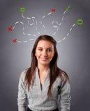 Młodej kobiety główkowanie z abstraktem zaznacza koszt stały Fotografia Stock