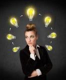 Młodej kobiety główkowanie z lightbulb cyrkulacją wokoło jej głowy Obraz Stock