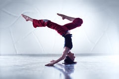 Młodej kobiety gimnastyczka Zdjęcia Royalty Free