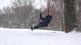 Młodej kobiety huśtawka w parkowym zima czasie Freetime plenerowy 4K zbiory
