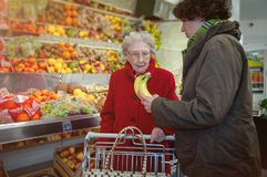 Młodej kobiety i seniora kobieta w supermarkecie zdjęcie stock