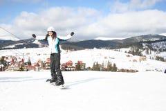 Młodej Kobiety jazda na snowboardzie na skłon zimy mroźnym dniu Obrazy Stock