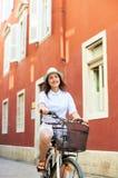 Młodej kobiety jeździeckiego miasta rowerowy pobliski morze zdjęcia stock