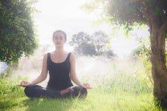 Młodej kobiety joga ćwiczy Codzienny joga pomaga w koncentraci obraz royalty free