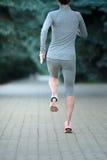 Młodej kobiety jogger bieg w miasto parku, tylni widok zdjęcie stock