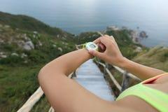 Młodej kobiety jogger przygotowywający bieg set zdjęcia royalty free
