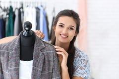 Młodej kobiety krawieccy bierze pomiary kurtka w atelier zdjęcie royalty free