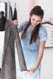 Młodej kobiety krawieccy bierze pomiary kurtka w atelier zdjęcia stock