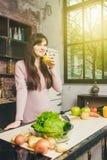 Młodej Kobiety kucharstwo w kuchni w domu zdrowa żywność dieta około tło bow puste pojęcia wyświetlania numerów jego skali diety  Fotografia Royalty Free
