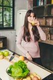 Młodej Kobiety kucharstwo w kuchni w domu zdrowa żywność dieta około tło bow puste pojęcia wyświetlania numerów jego skali diety  Obraz Royalty Free