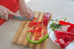 Młodej kobiety kucharstwo w kuchni zdrowa żywność Fotografia Royalty Free