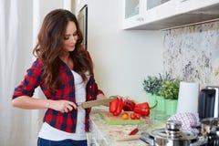 Młodej kobiety kucharstwo zdrowa żywność zdjęcia stock