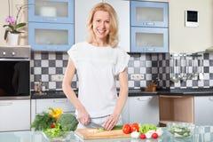 Młodej kobiety kucharstwo Zdrowy jedzenie - Jarzynowa sałatka Zdjęcia Stock
