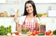 młodej kobiety kulinarna sałatka zdjęcie stock