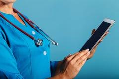 Młodej kobiety lekarka z pastylką w rękach, medycyna obraz stock